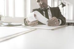 Biznesmen lub księgowy sprawdza wydruk obrazy royalty free