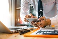 Biznesmen lub projektant używa mądrze telefon z laptopem fotografia stock