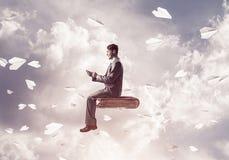 Biznesmen lub uczeń na książce i papierze heblujemy latanie wokoło Fotografia Royalty Free