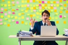 Biznesmen ma kłopot z jego priorytetami obraz stock