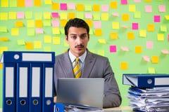 Biznesmen ma kłopot z jego priorytetami obrazy stock