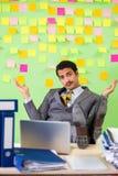 Biznesmen ma kłopot z jego priorytetami zdjęcia stock