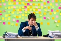 Biznesmen ma kłopot z jego priorytetami zdjęcie stock