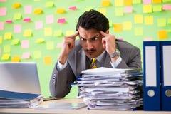 Biznesmen ma kłopot z jego priorytetami zdjęcie royalty free