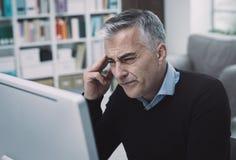 Biznesmen ma migrenę obraz stock