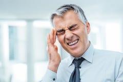 Biznesmen ma migrenę zdjęcia stock