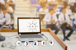 Biznesmen marketingowej ogólnospołecznej sieci transportu edukaci przyszłościowy uczenie pojęcie łączy komputer komunikuje techno obrazy royalty free