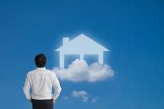 Biznesmen marzy imaginacyjnego dom i patrzeje Obraz Royalty Free