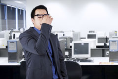 Biznesmen masuje jego czoło zdjęcia stock