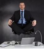 Biznesmen medytuje w biurze fotografia stock