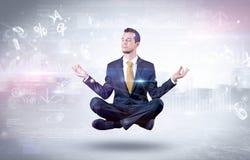 Biznesmen medytuje z enlightenment pojęciem zdjęcie stock