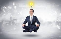 Biznesmen medytuje z enlightenment pojęciem zdjęcia royalty free