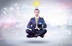 Biznesmen medytuje z enlightenment poj?ciem fotografia royalty free