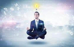 Biznesmen medytuje z enlightenment poj?ciem obrazy stock