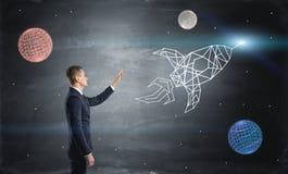 Biznesmen na błękitnym chalkboard tle wysyła patroszoną rakietę w przestrzeń wśród planet Obraz Royalty Free