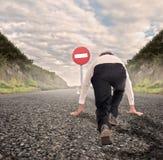 Biznesmen na drodze przygotowywającej bieg bez Hasłowego ruchu drogowego zdjęcie stock