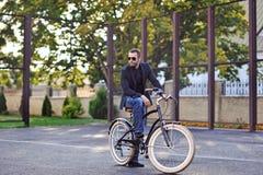 Biznesmen na jego retro rowerze moda na terenach odkrytych portret Obrazy Royalty Free