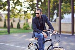 Biznesmen na jego retro rowerze moda na terenach odkrytych portret Zdjęcie Royalty Free