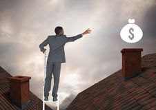 Biznesmen na majątkowym drabinowym dojechaniu dla pieniądze ikony nad dachami Fotografia Royalty Free