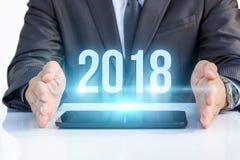 Biznesmen na pastylce pokazuje 2018 Fotografia Stock
