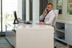 Biznesmen na telefonie obraz stock