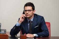 Biznesmen na telefonie fotografia stock