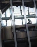 Biznesmen na telefonie wśrodku nowożytnego budynku, sylwetka Zdjęcie Royalty Free