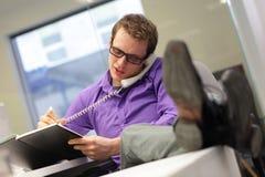 Biznesmen na telefonie - zła siedząca postura Zdjęcie Royalty Free