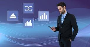 Biznesmen na telefonie z biznesowej mapy statystyki ikonami Obrazy Royalty Free