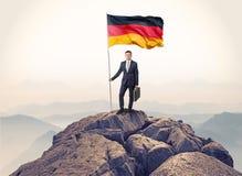 Biznesmen na wierzchołku rockowa mienie flaga ilustracja wektor