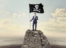 Biznesmen na wierzchołku rockowa mienie pirata flaga ilustracji