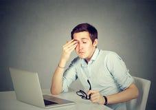 Biznesmen naciera jego zmęczonych oczy po długich godzin pracujących w biurze Obraz Royalty Free