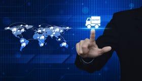Biznesmen naciska doręczeniowej ciężarówki ikonę nad światową mapą i miastem Obraz Stock