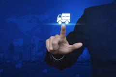 Biznesmen naciska doręczeniowej ciężarówki ikonę nad cyfrową światową mapą Zdjęcie Royalty Free