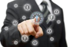 Biznesmen naciska wirtualnego guzika na ekranie sieć, communit ilustracja wektor
