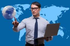 Biznesmen naciska wirtualnych guziki w globalnego biznesu pojęciu Obrazy Royalty Free