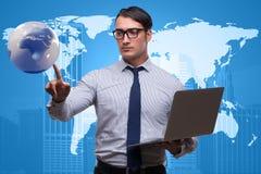 Biznesmen naciska wirtualnych guziki w globalnego biznesu pojęciu Zdjęcia Stock