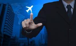 Biznesmen naciskowa samolotowa ikona nad mapą i miasto górujemy, Airp Zdjęcia Royalty Free
