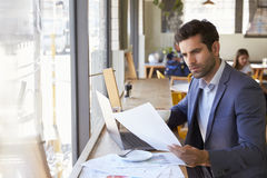 Biznesmen Nadokiennym działaniem Na laptopie W sklep z kawą zdjęcia royalty free
