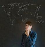 Biznesmen, nauczyciel lub uczeń z światową geografii mapą na kredowym tle, Fotografia Royalty Free