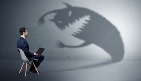 Biznesmen negocjuje z potwora cieniem zdjęcia royalty free