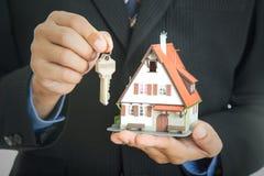 Biznesmen nieruchomości przedstawienia modela dom Obrazy Stock