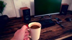 Biznesmen niesie filiżankę kawy espresso kawa zbiory wideo