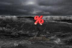 Biznesmen niesie odsetka 3D symbol na skale w ciemnym oceanie ilustracji
