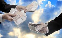 Biznesmen niesie Tajlandzkiego pieniądze dla inwestuje, funduszu zarządzanie Zdjęcie Royalty Free