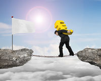 Biznesmen niesie złotego euro znaka równoważenia łańcuch biały f Zdjęcia Stock