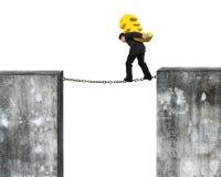 Biznesmen niesie złotego euro znaka równoważenie na ośniedziałym łańcuchu Fotografia Royalty Free