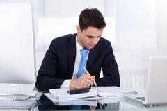 Biznesmen Oblicza podatek obraz stock