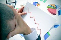Biznesmen obserwuje mapę z zmniejszający się trendem Obraz Royalty Free