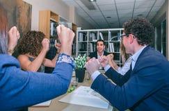Biznesmen odświętności sukces z pracą zespołową w biurze obraz stock